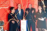 Officiele opening nieuwe attractie THIS IS HOLLAND. Met de zogenoemde 'flight experience' lijkt het volgens de initiatiefnemers alsof je echt vliegt. Dat kan met behulp van vliegsimulator I-ride, waarbij veertig personen de vliegervaring tegelijkertijd kunnen beleven. <br /> <br /> Op de foto:  Gwen Melcherts, Andre Kuipers, Vivienne van den Assem en Joost van Berkel (This is Holland) tijdens de officiele opening