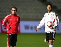 Fotball<br /> Foran Kypros v Tyskland<br /> Foto: Witters/Digitalsport<br /> NORWAY ONLY<br /> <br /> 14.11.2006<br /> v.l. Trainer Hansi Flick, Michael Ballack<br /> Fussball Training Deutschland