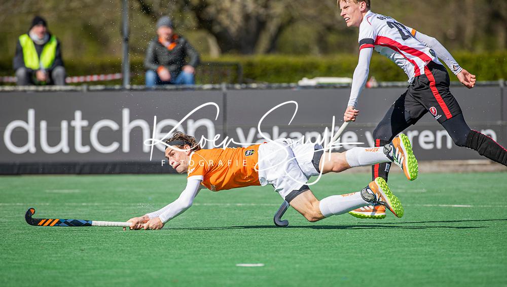 BLOEMENDAAL - Florian Fuchs (Bldaal) met Joep de Mol (Oranje Rood)   tijdens de hoofdklasse hockeywedstrijd heren , Bloemendaal-Oranje Rood  (3-1).  COPYRIGHT  KOEN SUYK