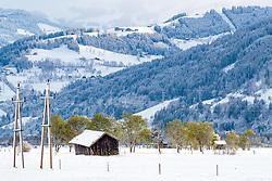 19.04.2017, Bruck an der Glocknerstrasse, AUT, Wintereinbruch in Salzburg, im Bild eine Scheune auf einer Schneebedeckten Wiese mit grüne Bäume // A barn on a snowy meadow with green trees, Bruck an der Glocknerstrasse, Austria on 2017/04/19. EXPA Pictures © 2017, PhotoCredit: EXPA/ JFK