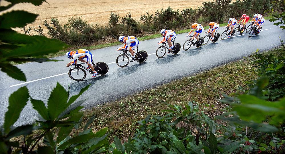 Frankrijk, Les Essarts, 03-07-2011.<br /> Wielrennen, Tour de France, 2e Etappe, Ploegentijdrit.<br /> De Rabobankploeg op ongeveer 8 km voor de finish met v.l.n.r.: Carlos Barredo, Lars Boom, Maarten Tjallingii, Robert Gesink, Grischa Niermann, Bauke Mollema, Luis-Leon Sanchez, Larens te Dam en Juan Manuel Garrate ( rechts achter en heeft net afgelost ).<br /> Foto: Klaas Jan van der Weij