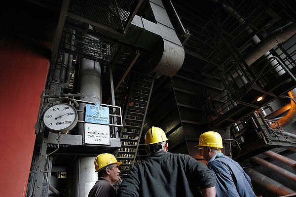 Nederland, Nijmegen, 11-10-2003Bezoekers tijdens de open dag bij de electriciteitscentrale van Elektrabel in Nijmegen. De dag was georganiseerd om  het publiekte laten zien wat nodig is om elektriciteit uit het stopcontact te krijgen. De centrale is modern wat betreft filtering van rookgasuitstoot. De vliegas wordt er uitgehaald en gebruikt als grondstof voor de wegenbouw en cementindustrie. Samenbrenging van zwavel uit de ontzwavelingsinstallatie en van de slakken -kalksteen-  levert gips op. Energie, stroomproductie, milieu, energiemarkt.Foto: Flip Franssen/Hollandse Hoogte