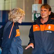 NLD/Katwijk/20100809 - Training van het Nederlands elftal, team manager Hans Jorritsma in gesprek met bondsarts Gert Jan Goudswaard