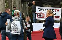 Bialystok, 10.10.2020. Okolo 500 osob wzielo udzial w marszu anty-Covid. Uczestnicy uwazali, ze pandemia to wymysl politykow i lekarzy i nalezy oglosic jej zakonczenie. Ponadto ich zdaniem stan pandemii wplywa zabojczo na polska gospodarke oraz inne relacje spoleczne fot Michal Kosc / AGENCJA WSCHOD