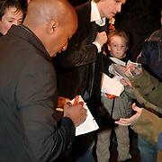 NLD/Zeist/20051207 - Premiere de Griezelbus, Ewout genemans en Raymi Sambo delen handtekeningen uit