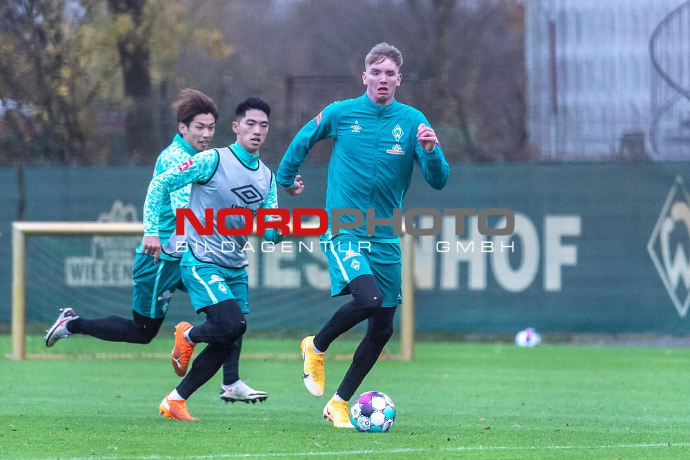16.11.2020, Trainingsgelaende am wohninvest WESERSTADION - Platz 12, Bremen, GER, 1.FBL, Werder Bremen Training<br /> <br /> Nick Woltemade (werder Bremen #41)<br />  ,Ball am Fuss, <br /> KYU-HYUN PARK  (Werder Bremen II #22)<br /> <br /> <br /> Foto © nordphoto / Kokenge *** Local Caption ***