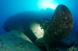 Schiffswrack SS Thistlegorm, Taucher am Schiffs Wrack bei Schiffsschraube, Shipwreck SS Thistlegorm, Schuba diver on Ship wreck near Propeller, Rotes Meer, Ägypten, Red Sea Egypt