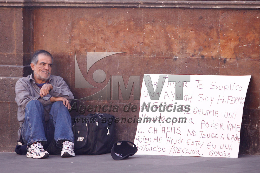 TOLUCA, México.- Una persona de aproximadamente 55 años de edad se coloco en las calles de Toluca a pedir ayuda a la gente, con una cartulina a su lado explica que padece SIDA y necesita dinero para poder regresar a su estado natal, Chiapas, argumenta que no tiene a nadie que lo pueda ayudar en la situación precaria en la que se encuentra. Agencia MVT / Crisanta Espinosa. (DIGITAL)