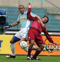 Fotball<br /> Serie A Italia 2004/05<br /> Lazio v Livorno<br /> 10. april 2005<br /> Foto: Digitalsport<br /> NORWAY ONLY<br /> Paolo Di Canio Lazio and Claudio Grauso Livorno
