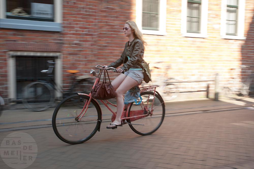 Een meisje fietst door Groningen.<br /> <br /> A girl is cycling in Groningen.