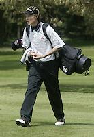 ARNHEM - Reinier Saxton met draagtas. .     Voorjaarswedstrijden Golf heren op de Rosendaelsche Golfclub COPYRIGHT KOEN SUYK