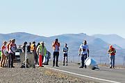 Oud-schaatser Jan Bos valt bij de start van de kwalificaties. In Battle Mountain (Nevada) wordt ieder jaar de World Human Powered Speed Challenge gehouden. Tijdens deze wedstrijd wordt geprobeerd zo hard mogelijk te fietsen op pure menskracht. Ze halen snelheden tot 133 km/h. De deelnemers bestaan zowel uit teams van universiteiten als uit hobbyisten. Met de gestroomlijnde fietsen willen ze laten zien wat mogelijk is met menskracht. De speciale ligfietsen kunnen gezien worden als de Formule 1 van het fietsen. De kennis die wordt opgedaan wordt ook gebruikt om duurzaam vervoer verder te ontwikkelen.<br /> <br /> Jan Bos falls at the start of the qualifications. In Battle Mountain (Nevada) each year the World Human Powered Speed Challenge is held. During this race they try to ride on pure manpower as hard as possible. Speeds up to 133 km/h are reached. The participants consist of both teams from universities and from hobbyists. With the sleek bikes they want to show what is possible with human power. The special recumbent bicycles can be seen as the Formula 1 of the bicycle. The knowledge gained is also used to develop sustainable transport.