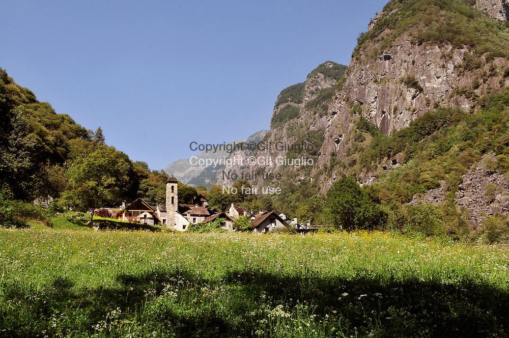 Suisse, canton du Tessin, Val Bavona, petit village de Roseto, ici il n'y a pas de ligne éléctrique // Switzerland, Tecino canton, Val Bavona, little village of Roseto, here ther no electricity
