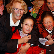 Russisch Kerstcircus 2003, Ria Hoogenwegen - Lubbers, kleinkinderen Willemijn + Emily en dochter Heleen