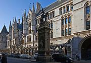 Londyn, 2009-10-23.  Budynki Sądów Królewskich - Royal Courts of Justice