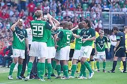 07.05.2011, Weserstadion, Bremen, GER, 1.FBL, Werder Bremen vs Borussia Dortmund, im Bild  jede sekunde wurde genutzt um ERfrischungen zu sich zu nehmen   EXPA Pictures © 2011, PhotoCredit: EXPA/ nph/  Kokenge       ****** out of GER / SWE / CRO  / BEL ******