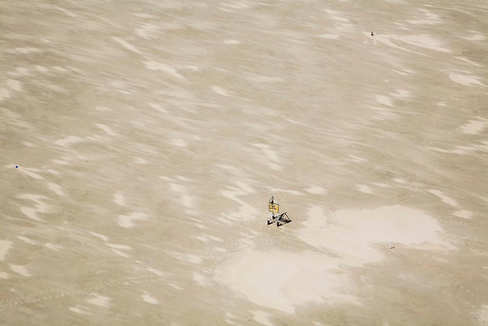 Nederland, Noord-Holland, Texel, 14-07-2008; Duinen van Texel, zandplaat De Hors en Onrust; K-bord, dat aangeeft dat er in de bodem van het vaarwater kabels liggen; verkeersteken, geen ankers toegestaan. .luchtfoto (toeslag); aerial photo (additional fee required); .foto Siebe Swart / photo Siebe Swart