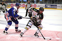 Ishockey , 15. september 2016 , Eliteserien , Get-ligaen , Stavanger Oilers - Sparta<br />Daniel Kissel of Stavanger Oilers in action v Joachim Nermark of Sparta. Foto: Andrew Halseid Budd , Digitalsport