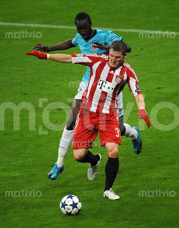 FUSSBALL   CHAMPIONS LEAGUE   SAISON 2010/2011   GRUPPE  E 19.10.2010 FC Bayern  Muenchen  - CFR 1907 Cluj Bastian Schweinsteiger (vorne, FC Bayern Muenchen) gegen Lacina Traore (CFR 1907 Cluj)