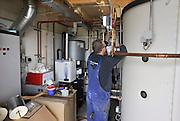 Nederland, Nijmegen, 27-4-2011Een installateur is bezig met het monteren van een installatie voor warm water uit zonnecollectoren.Foto: Flip Franssen/Hollandse Hoogte