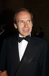 Auctioneer SIMON DE PURY at a gala dinner in the presence of HM Quenn Silvia of Sweden and HM Queen Noor of Jordan in aid of the charity Mentor held at the Natural History Museum, Cromwell Road, London on 23rd May 2006.<br />