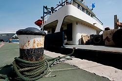 Un grosso battello attraccato nel porto di brindisi. Questo battello da lavoro, trasporta con sè tutto l'occorrente per preparare le banchine che ospiteranno le gare di barca a vela.