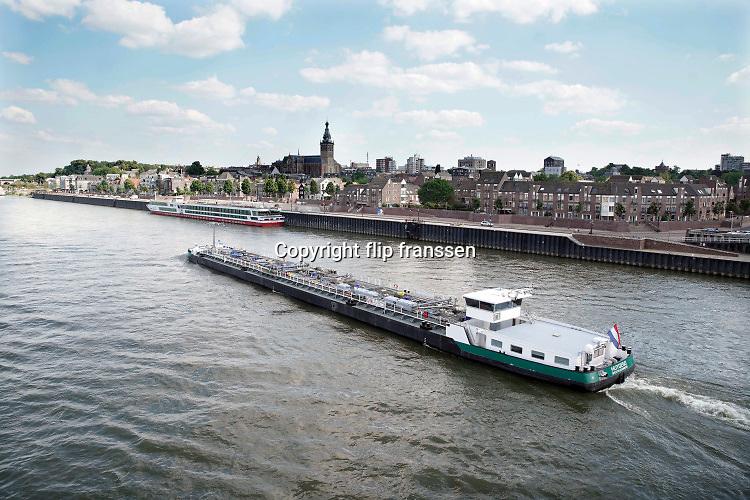 Nederland, Nijmegen, 25-6-2020 Binnenvaartschip, een tankschip, vaart over de Waal bij Nijmegen . De Waal is het Nederlandse deel van de Rijn en de belangrijkste vaarroute van en naar Rotterdam en Duitsland . Aftakkingen zijn de minder bevaren Neder Rijn en IJssel. Foto: ANP/ Hollandse Hoogte/ Flip Franssen