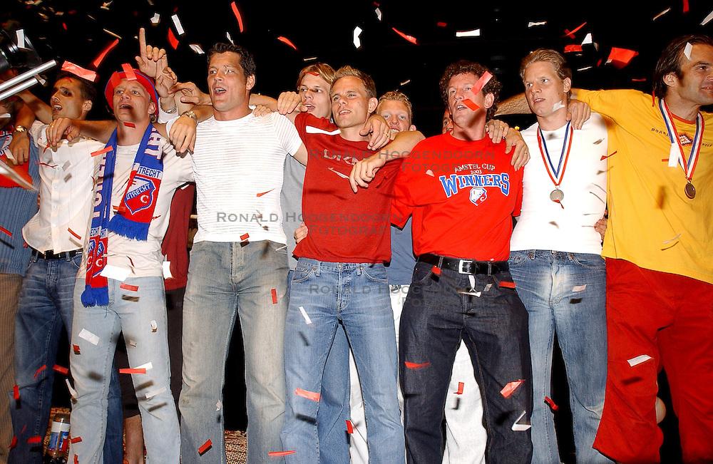 02-06-2003 NED: Huldiging bekerwinnaar FC Utrecht, Utrecht<br /> De spelers en de technische staf kregen een rondrit door de stad in een open Engelse dubbeldekker. Om 20.30 uur keert de stoet terug in Galgenwaard en zal in het stadion de officiële huldiging plaatsvinden / Stefaan Tanghe, Rene Ponk