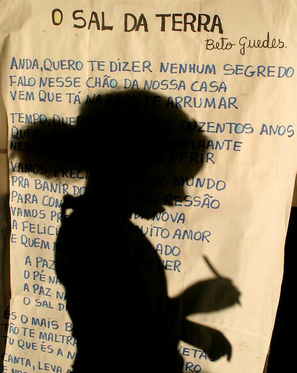 Lencois_BA, Brasil...Criancas em atividade de aula em uma  escola publica em Lencois, Bahia. Na foto letra da musica O Sal da Terra de Beto Guedes com  a silhueta de uma estudante ao fundo...Children in the classroom in a public school in Lencois, Bahia. In this photo the music lyric O Sal da Terra of the singer Beto Guedes and the girl silhouete in the background...Foto: LEO DRUMOND / NITRO.