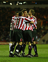 Fotball<br /> Championship 2004/05<br /> Sunderland v Rotherham<br /> 22. febuar 2005<br /> Foto: Digitalsport<br /> NORWAY ONLY<br /> Sunderland's Dean Whitehead (C) is mobbed by his team-mates after scoring the first goal of the game