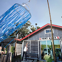 Nederland, Amsterdam , 14 juli 2010..Oudste creatieve broedplaats Fort Knox op Zeeburgereiland moet verdwijnen..Op de foto op de achtergrond dingenmaker en oprichter Dok van Winsen..Oldest creative breeding place Fort Knox in Amsterdam has to stop.
