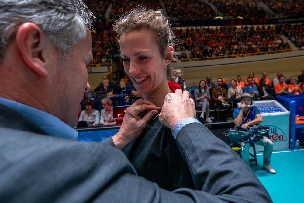 "28-05-2019 NED: Volleyball Nations League Netherlands - Brazil, Apeldoorn<br /> <br /> Golden ""bonds"" pin for Debby Pilon-Stam"