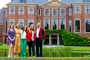 Zomerfotosessie 2021 bij Paleis Huis ten Bosch in Den Haag<br /> <br /> Summer photo session 2021 at Palace Huis ten Bosch in The Hague<br /> <br /> Op de foto / On the photo:  Koning Willem-Alexander en koningin Maxima met hun dochters prinses Amalia, prinses Ariane en prinses Alexia <br /> <br /> King William Alexander and Queen Maxima with their daughters Princess Amalia, Princess Ariane and Princess Alexia