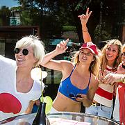 NLD/Amsterdam/20140613 - Leco van Zadelhoff organiseert samen met Beau Monde Beau Bateau een vaartocht met vriendinnen, Monique des Bouvrie, Judith Wiersma, Estelle Cruijff en Caroline Tensen