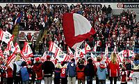 Fotball<br /> Tippeligaen Eliteserien<br /> 22.04.07<br /> Ullevaal Stadion<br /> FC Lyn Oslo - Odd Grenland<br /> Flaggborg for Lyns unge tilhengere Lynus før kampen - Får applaus fra Bastionen<br /> Foto - Kasper Wikestad