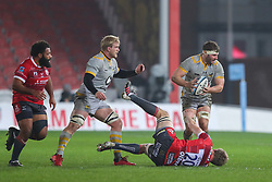 Thomas Young of Wasps is tackled by Jamie Gibson of Gloucester Rugby - Mandatory by-line: Nick Browning/JMP - 28/11/2020 - RUGBY - Kingsholm - Gloucester, England - Gloucester Rugby v Wasps - Gallagher Premiership Rugby