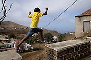 Uma criança brinca na Vila Nova Sintra, a capital da Ilha Brava, a mais inacessível das ilhas caboverdianas.