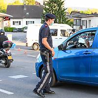 18.05.2020, Grenzübergang, Lochau, AUT, Coronavirus, Grenzkontrollen in Vorarlberg, am 17.05.2020 hat Vorarlberg wieder alle Grenzübergänge von Deutschland nach Österreich geöffnet. Alle technische Sperren wurden abgebaut. Teams bestehend aus Mitarbeitern des österreichischen Bundesheeres und der Polizei kontrollieren vor Ort.<br /> im Bild ein Polizist führt eine Kontrolle am Grenzübergang Lindau-Zech / Lochau<br /> <br /> Foto © nordphoto / Hafner