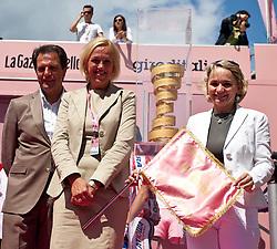 21.05.2011, Hauptplatz Lienz, AUT, Giro d´ Italia 2011, 14. Etappe, Lienz - Monte Zoncolan, im Bild TVB Osttirol Obmann Franz Theurl, Astrid Trojer-Pirker, die Bürgermeisterin von Lienz mit der Giro Fahne Elisabeth Blanik und der Giro Pokal // during the Giro d´ Italia 2011, Stage 14, Lienz - Monte Zoncolan,Austria, 2011-05-21, EXPA Pictures © 2011, PhotoCredit: EXPA/ J. Feichter