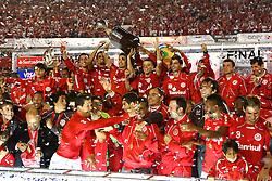 O capitão Bolivar e equipe comemoram bicampeonato após a partida entre as equipes do Internacional e Chivas, realizada no Estádio Beira Rio em Porto Alegre, válido pela final da Copa Libertadores da America 2010, onde o colorado sagrou-se bicampeão. FOTO: Jefferson Bernardes / Preview.com
