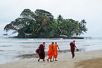 Sri Lanka, province du sud, baie de Weligama, île de Taprobane, moines sur la plage de Weligama // Sri Lanka, Southern Province, South Coast beach, Weligama bay, Taprobane island, buddhist monks on Weligama beach