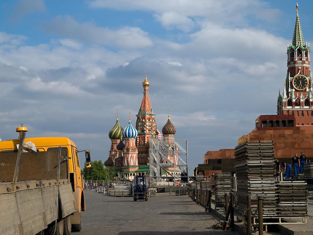 Aufräumarbeiten am Tag nach der großen Sieges- und Militärparade (09.05.2008) auf dem Roten Platz in Moskau.  <br /> <br /> Clearing works one day after the Victory Parade (09.05.2008) at Red Square in Moscow.