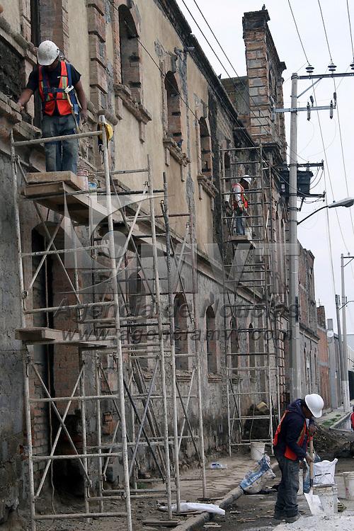 Toluca, México.- Trabajadores de una empresa privada  realizan la reparación de las fachadas de edificios cercanos a la terminal de ferrocarril esto en la calle Alberto García de la Colonia Ferrocarriles Nacionales de Toluca. Agencia MVT / José Hernández