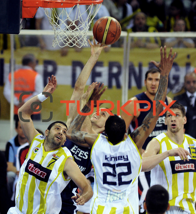 Fenerbahce Ulker's Gasper VIDMAR (R), Omer ONAN (L) and Efes Pilsen's Igor RAKOCEVIC (C) during their Turkish Basketball league Play Off Final third leg match Fenerbahce Ulker between Efes Pilsen at the Abdi Ipekci Arena in Istanbul Turkey on Tuesday 25 May 2010. Photo by TURKPIX