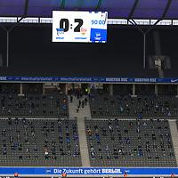 17.10.2020, OLympiastadion, Berlin, GER, DFL, 1.FBL, Hertha BSC VS. VfB Stuttgart, <br /> DFL  regulations prohibit any use of photographs as image sequences and/or quasi-video<br /> im Bild Anzeigetafel mit dem Endergebnis, Hertha-BSC-Fans<br /> <br />     <br /> Foto © nordphoto /  Engler