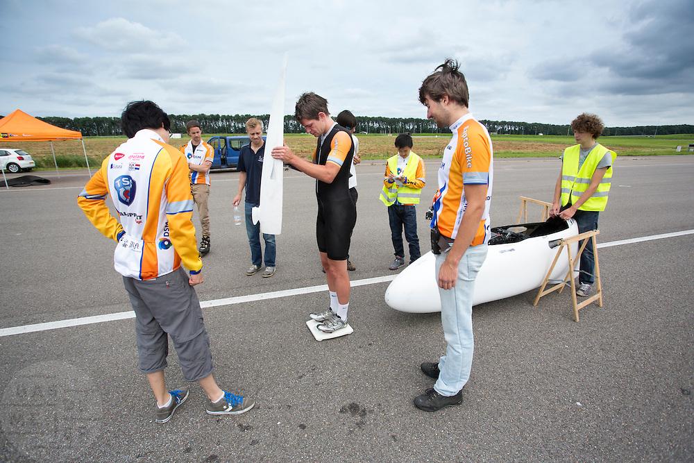 Na afloop van de weerstandsmeting wordt de VeloX2 met Jan Bos gewogen. Het Human Power Team Delft en Amsterdam (HPT) traint op de RDW baan in Lelystad met de VeloX2 voor de recordpoging in september. Het HPT hoopt dan in Amerika meer dan 133 km/h te rijden over 200 meter.<br /> <br /> The VeloX2 is weighted after a performance test. Human Powered Team Delft and Amsterdam (HPT) is training at the RDW test track in Lelystad with the VeloX2 for the record attempt in september.