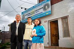 César Sosa com a esposa Limpia Concepcion e o filho Javier na padaria El Trigal no centro de José Leon Soares, na província de Buenos Aires, em 20 de março de 2013. A família Sosa apóia o apóia o governo de Cristina Kirchner. FOTO: Jefferson Bernardes/Preview.com