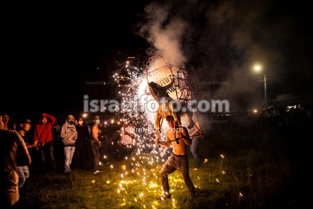 24 julio 2021, Tultepec, México. Jóvenes quemando toritos como parte de las celebraciones a Santiago Apóstol.
