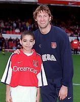 Tony Adams with the Arsenal mascot before the match. Arsenal 1: 0 Southampton, F.A.Carling Premiership, 2/12/2000. Credit Colorsport / Stuart MacFarlane