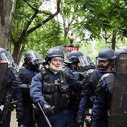 Policiers et gendarmes des Compagnies Républicaines de Sécurité (CRS), Compagnie de Sécurisation et d'Intervention (CSI et CI) et Escadrons de Gendarmerie Mobile (EGM) le 28 juin 2016 en maintien de l'ordre lors du trajet et de la dispersion place d'Italie puis place de la République de la manifestation contre la Loi Travail.<br /> Juin 2016 / Paris (75) / FRANCE<br /> Voir le reportage complet (50 photos) http://sandrachenugodefroy.photoshelter.com/gallery/2016-06-MO-manifestation-28-juin-Complet/G0000RLBqKm6Lzt4/C0000yuz5WpdBLSQ